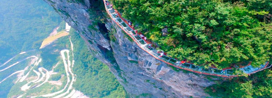 Un paseo por un puente de cristal en las alturas de Tianmen